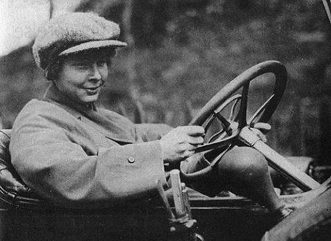 Ester Blenda bakom ratten